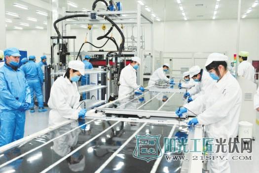 图为大同首条柔性薄暖太阳能电池50兆瓦产线生产现场